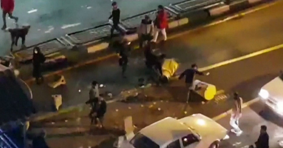 30.dez.2017 - Centenas de pessoas foram detidas nos protestos e já houve mortes. Na imagem tirada de um vídeo divulgado por uma agência de notícias iraniana um grupo de homens colocam barreiras no trânsito em uma rua de Teerã na noite do dia 30 de dezembro