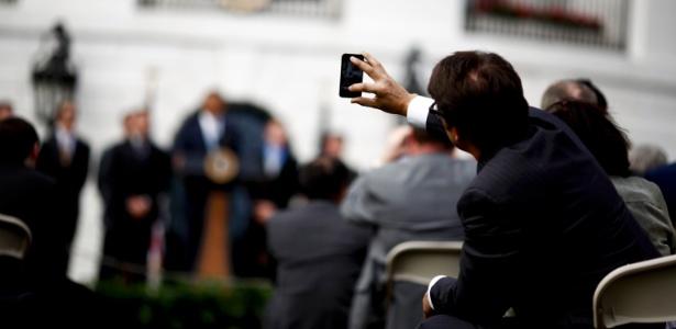 Público usa celular durante evento na Casa Branca, Washington DC