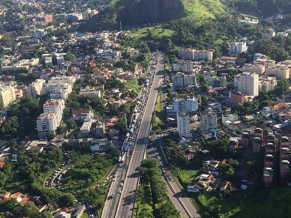 1º.fev.2018 - A Lamsa, concessionária que opera a Linha Amarela, chegou a interditar trechos na na altura da Cidade de Deus. Policiais do 18º BPM (Jacarepaguá) realizam operação no local