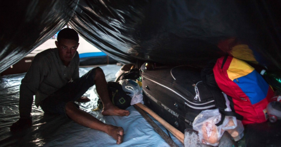 25.fev.2018 - Refugiado venezuelano em acampamento na praça Simón Bolívar, em Boa Vista