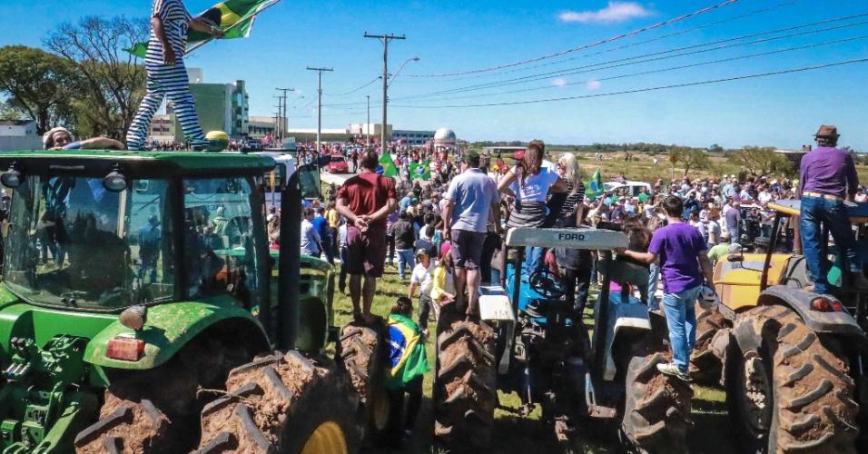 19.mar.2018 - Com tratores e faixas, manifestantes contra o ex-presidente Lula protestam em Bagé (RS)
