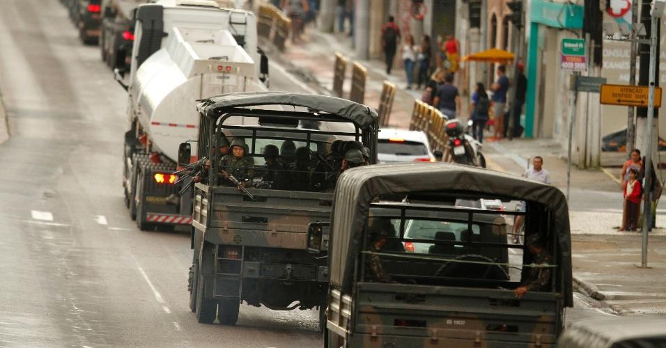 Comboio de caminhões escoltado pelo Exército com combustíveis saíram do Porto de Miramar para o município de Santa Maria do Pará, a fim de restabelecer os serviços essenciais de saúde na região Nordeste do Pará