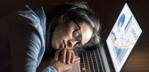 Pesquisadores acreditam que telas de televisões, computadores e celulares poderiam ter dispositivos para aumentar ou diminuir níveis de ciano na luz - Getty Imagens