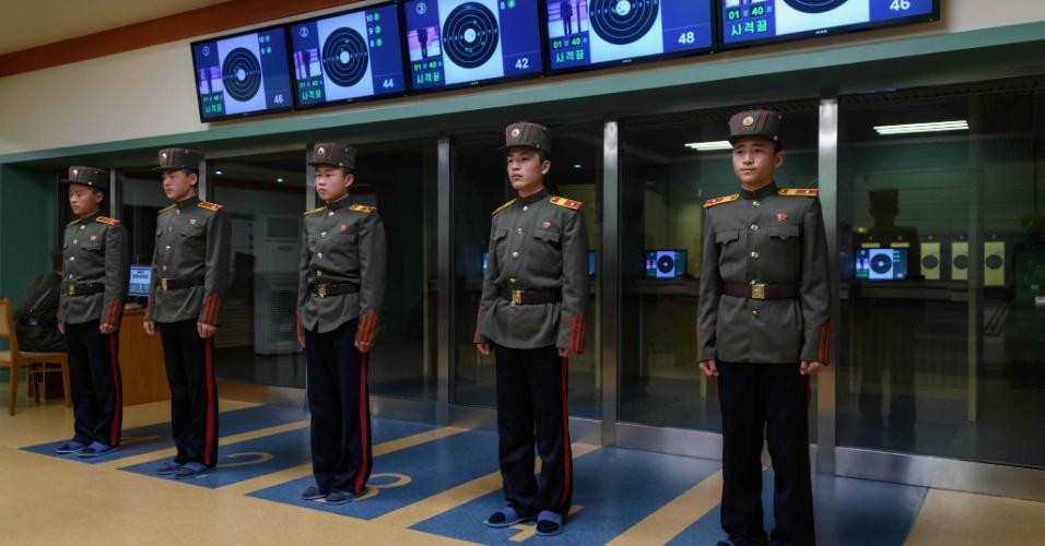 10.abr.2018 - Estudantes norte-coreanos descansam após prática de tiro, um dos itens do currículo da Escola Revolucionária Mangyongdae.
