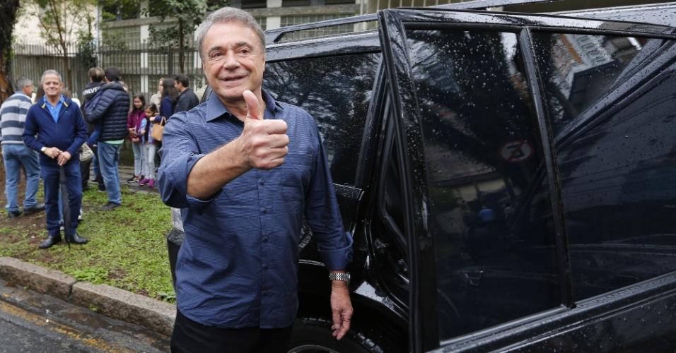 O candidato à Presidência da República Alvaro Dias (PODE), em companhia da esposa durante votação em Curitiba (PR) na manhã deste domingo (07)