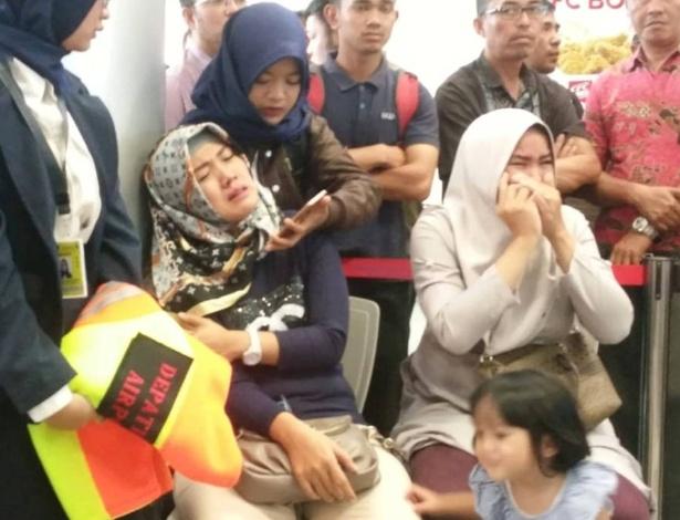 Parentes de passageiros do voo JT610 da Lion air esperam por notícias no aeroporto Depati Amir, em Pangkal Pinang