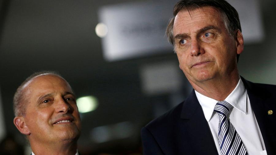 O ministro da Casa Civil, Onyx Lorenzoni (à esq.), e o presidente Jair Bolsonaro durante entrevista em Brasília - REUTERS/Adriano Machado