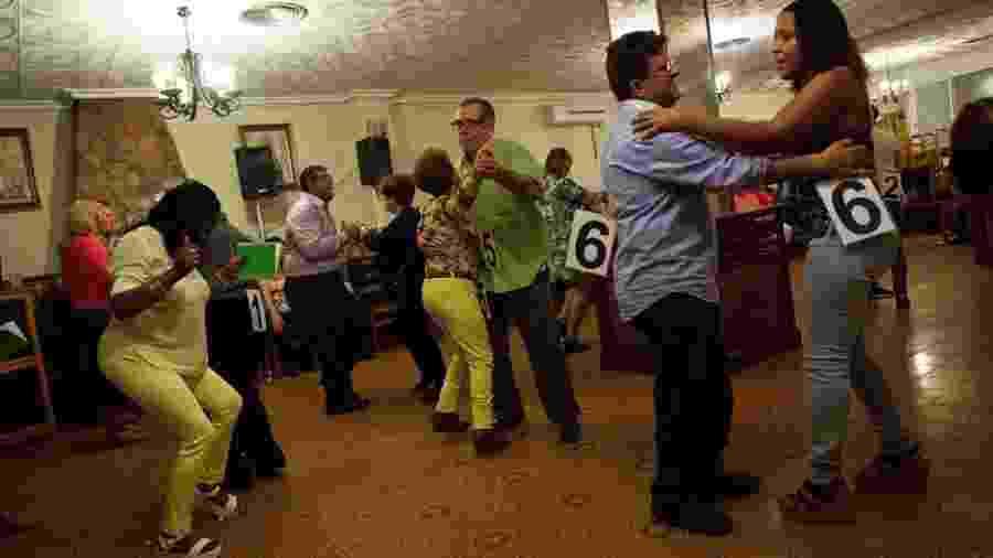 Caravanas incluem jantares dançantes para promover encontros entre fazendeiros e potenciais candidatas a um relacionamento - Getty Images/BBC
