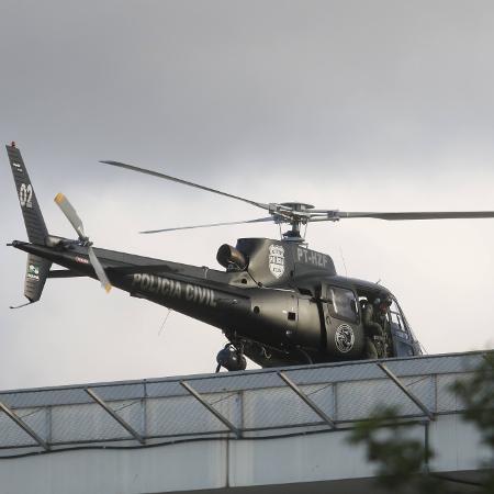 Helicóptero da Polícia Civil chega à Superintendência da Polícia Federal em Curitiba, de onde Lula deve sair para velório do neto - Franklin Freitas/Estadão Conteúdo