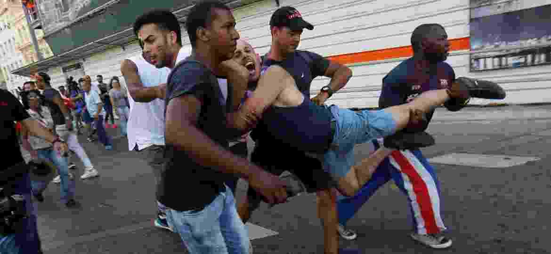 Ativista cubano é detido por seguranças vestidos à paisana enquanto participava de uma manifestação anual contra a homofobia e transfobia em Havana, Cuba - Stringer/Reuters