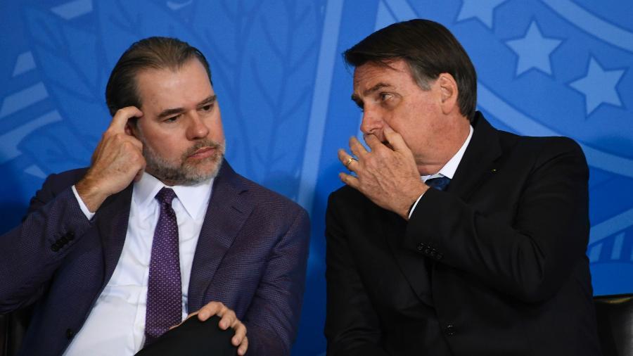 O presidente do STF, ministro Dias Toffoli, com o presidente Jair Bolsonaro em evento no Palácio do Planalto, em julho. - MATEUS BONOMI/AGIF/ESTADÃO CONTEÚDO