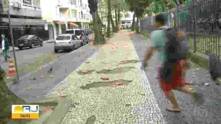 Imagens de TV flagraram um homem largando uma camiseta e um celular que teria roubado pouco antes na praia de Copacabana - Reprodução/Tv Globo