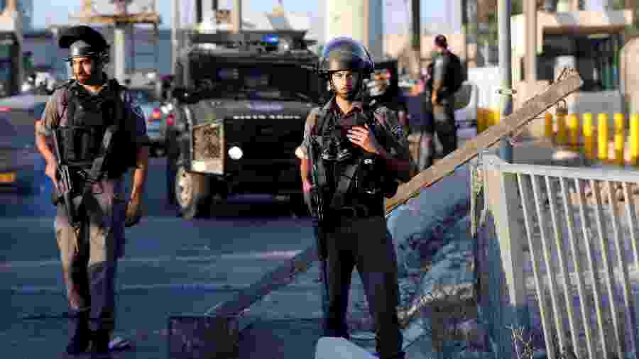 Guardas israelenses patrulham perto de Kalandia, entre Jerusalém e a Cisjordânia ocupada - Mohamad Torokman/Reuters