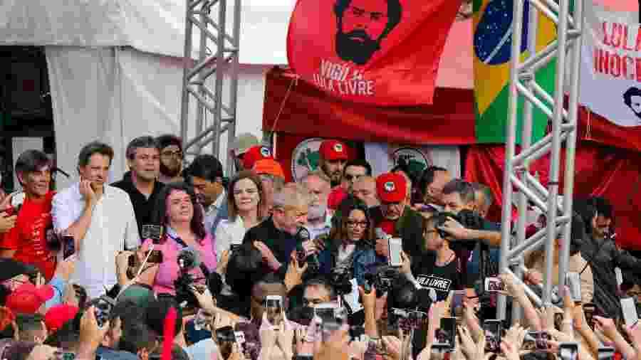 8.nov.2019 - Lula discursa para apoiadores em Curitiba após deixar a carceragem da PF - CASSIANO ROSÁRIO/FUTURA PRESS/ESTADÃO CONTEÚDO