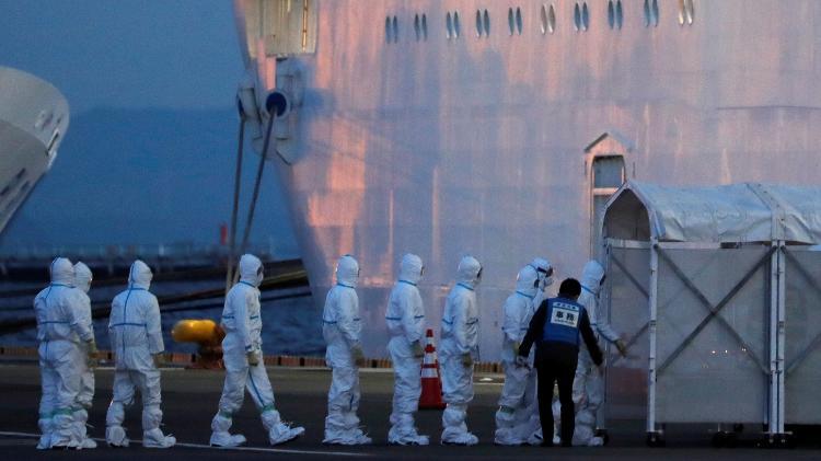 Agentes com equipamento de proteção entram no navio Diamond Princess - REUTERS/Kim Kyung-Hoon
