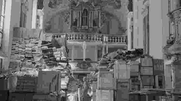 Saques alemães armazenados na igreja em Ellingen, Alemanha, encontrada por tropas dos EUA - National Archives