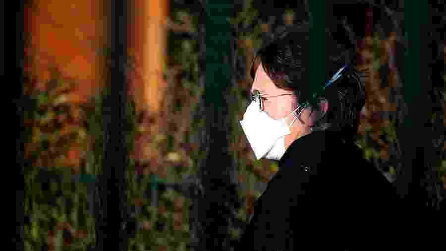 Mulher caminha de máscara Crepy-en-Valois, norte da França - FRANCOIS NASCIMBENI / AFP