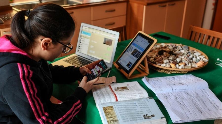 22.abr.2020 - Em meio às limitações impostas pelo novo coronavírus, adolescente assiste aula à distância em Nápoles, na Itália - Salvatore Laporta/KONTROLAB/LightRocket via Getty Images