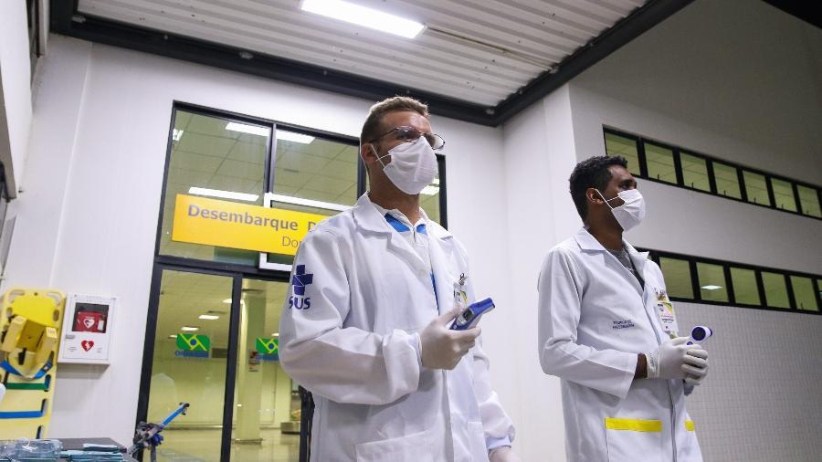 Funcionários da Saúde fazem inspeção de temperatura em passageiros no aeroporto de Petrolina (PE) - Jonas Santos/Divulgação