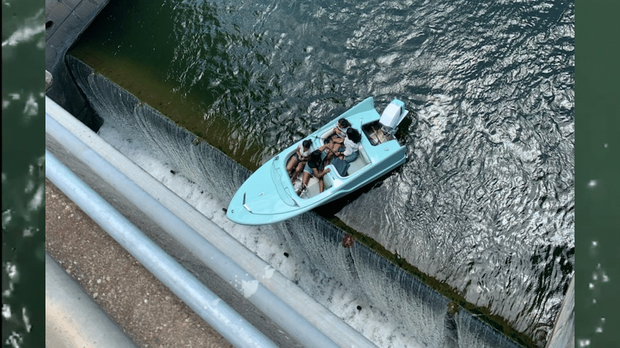 Barco ficou perto de cair em barragem de represa no Texas; ninguém ficou ferido - Reprodução/ ABC News