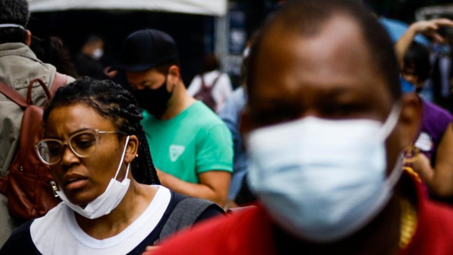 Mais de um ano de pandemia depois, pessoas nem sempre obedecem à obrigatoriedade do uso de máscara - Aloísio Maurício/Fotoarena/Estadão Conteúdo