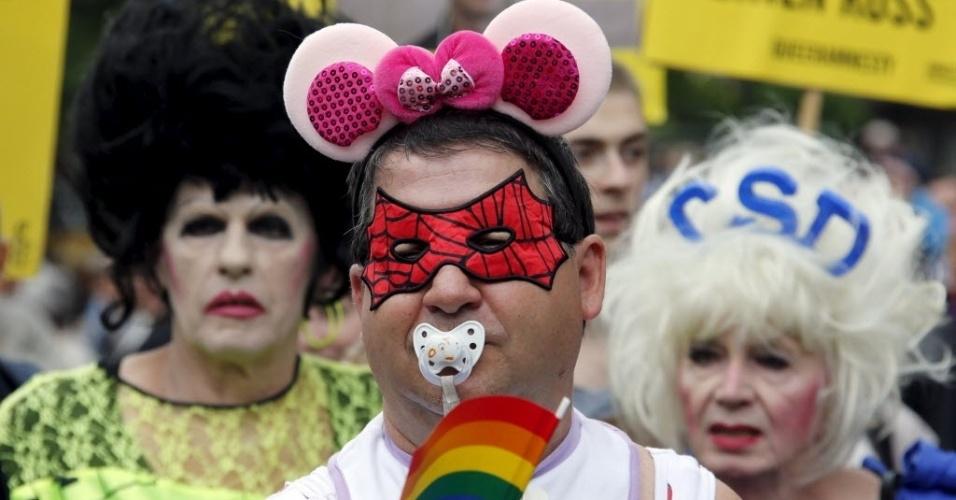 27.jun.2015 - Ativista fantasiado participa de Parada Gay em Berlim, na Alemanha