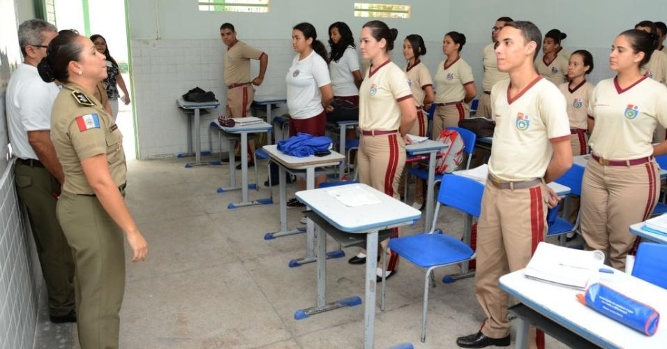 Em sala, alunos ficam perfilados e respondem às ordens de seus superiores; disciplina é apontada como motivo para sucesso no Enem