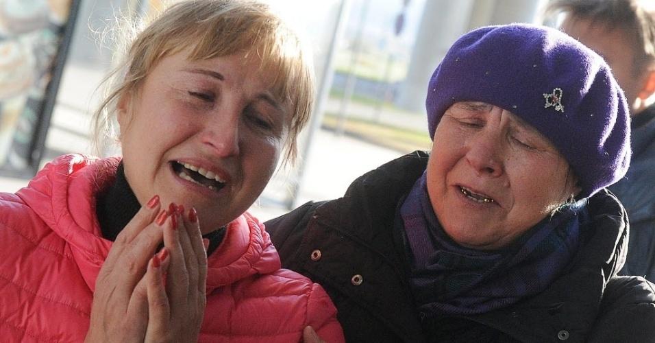31.out.2015 - Familiares de passageiros do voo que cai no Egito choram no aeroporto de Pulkovo, em São Petersburgo. O avião, um Airbus-321, decolou às 3h51 (1h51 no horário de Brasília) da região turística de Sharm el-Sheikh, no mar Vermelho, com destino a São Petesburgo, na Rússia, onde deveria aterrissar pouco depois do meio-dia local (7h de Brasília)