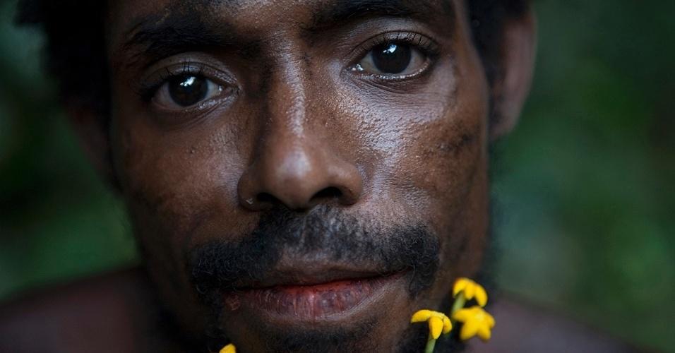 18.nov.2015  - Um meakambut usa flores em sua barba, uma das muitas formas deste povo nômade se identificar. Enquanto alguns se orgulham de sua cultura, outros creem que criar raízes em outro local pode oferecer uma qualidade de vida maior