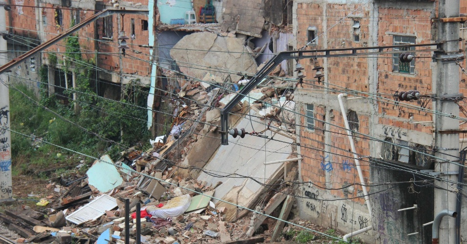 15.jan.2016 - Casa desaba na rua Soares Caldeira, em Madureira, zona norte do Rio de Janeiro (RJ). Não há notícia sobre feridos