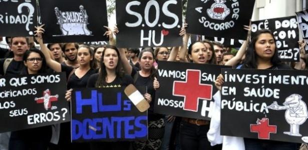 Protesto em frente a hospital no Rio de Janeiro, em dezembro, em meio a atraso de repasses orçamentários e financeiros