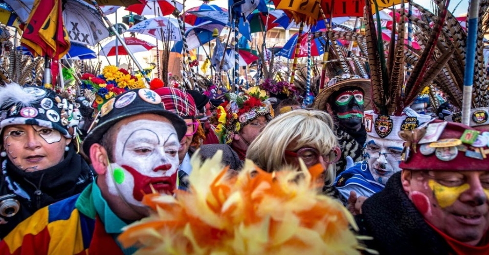 DUNKIRK, FRANÇA - Cerca de 50 mil pessoas se reuniram para festejar o primeiro dia do carnaval em Dunkirk, no norte da França