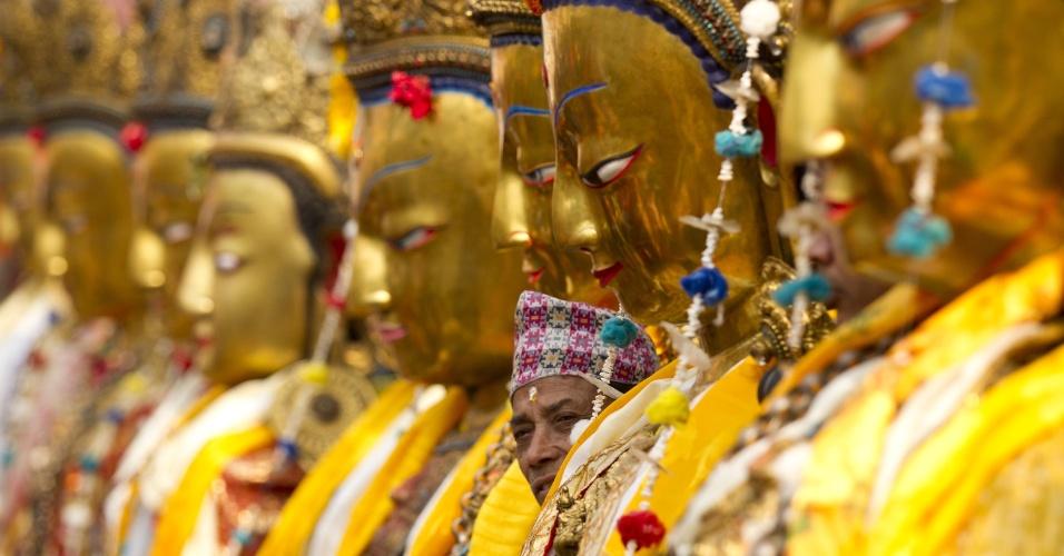 13.mar.2016 - Centenas de estátuas do Buda fazem parte da decoração do festival Samyak, celebrado a cada cinco anos na cidade de Laliptur, no Nepal