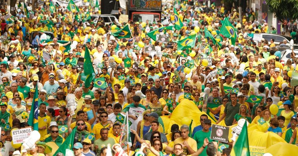 13.mar.2016 - Manifestantes protestam contra o contra o governo Dilma Rousseff (PT), no centro de Belém. Manifestações devem ocorrer em pelo menos 415 cidades brasileiras e outras 23 no exterior, de acordo com os movimentos organizadores