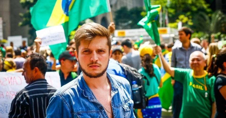 17.mar.2016 - O manifestante Bruno Balestrero participa da manifestação contra o governo Dilma Rousseff desde a noite de quarta-feira (16)