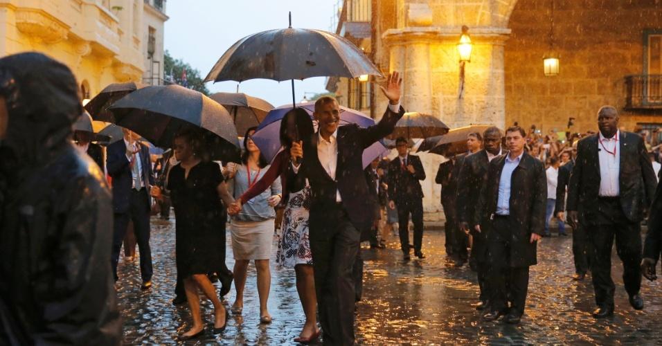 20.mar.2016 -20.mar.2016 - Presidente dos EUA, Barack Obama, a primeira-dama Michelle e as filhas Sasha e Malia fazem um passeio guiado por Havana Velha. Esta é a primeira visita de um presidente americano ao país em 88 anos