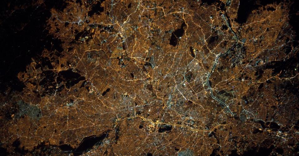 29.mar.2016 - O astronauta britânico Tim Peake, tripulante das Expedições 46 e 47 na Estação Espacial Internacional, postou em sua conta do Twitter fotos das duas cidades mais populosas do Brasil vistas do espaço. Na foto, São Paulo à noite. Peake afirmou que o norte da cidade estava na parte debaixo da foto