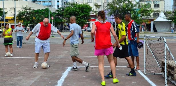 Eduardo Suplicy, ex-senador, joga futebol durante ocupação cultural a favor da democracia e contra o impeachment da presidente Dilma Rousseff no Largo da Batata