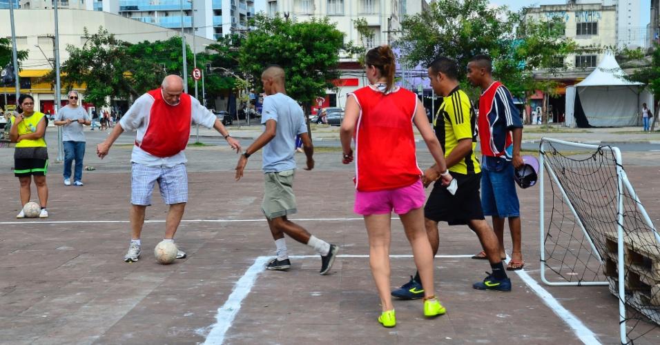16.abr.2016 - Eduardo Suplicy, secretário de Direitos Humanos e Cidadania da cidade de São Paulo, joga futebol durante ocupação cultural a favor da democracia e contra o impeachment da presidente Dilma Rousseff. O ato acontece neste sábado no Largo da Batata, em São Paulo