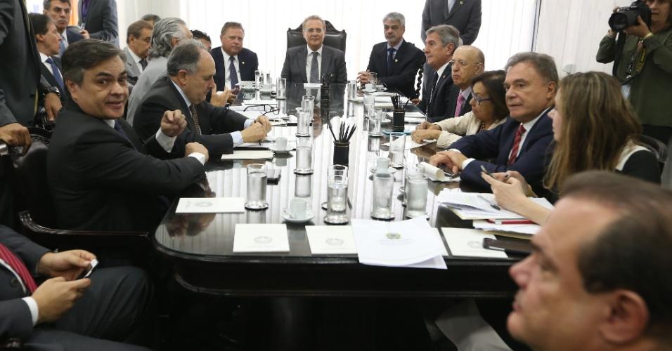 19.abr.2016 - O presidente do Senado, Renan Calheiros (PMDB-AL) (centro), comanda reunião de líderes partidários para definição de prazos e composição da comissão especial responsável pela condução dos trabalhos do processo de impeachment da presidente Dilma