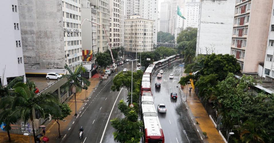 18.mai.2016 - Motoristas e cobradores de ônibus estacionam veículos na avenida Nove de Julho, centro de São Paulo, durante paralisação na manhã desta quarta-feira (18). A categoria fechou terminais na capital por melhorias salariais. Os funcionários pedem reposição da inflação e aumento real de 5%, além de PLR (Participação nos Lucros e Resultados) de R$ 2.000, convênio médico gratuito, seguro de vida e auxílio funeral