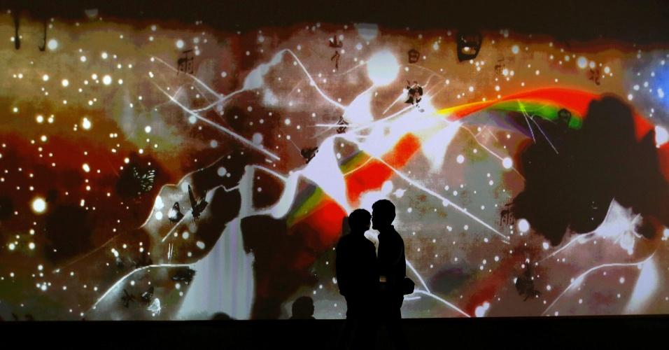 """25.mai.2016 - Visitantes observam a instalação digital interativa intitulada """"What a Loving, and Beautiful World"""" (""""Que mundo amoroso e bonito"""", em tradução livre) feita por um grupo japonês e montada no centro de mídia internacional da Cúpula do G7, em Ise, no Japão"""