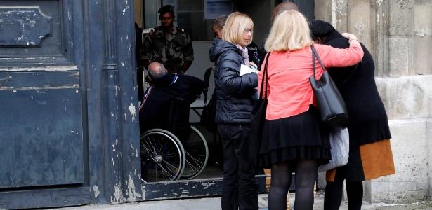 Sobreviventes e familiares de vítimas dos ataques 13 de novembro chegam para reunião com juízes responsáveis pela investigação, na Escola Militar, em Paris - François Guillot