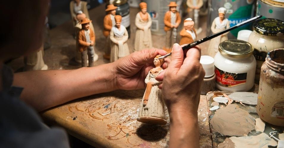 1º.jun.2016 - Um artesão pinta bonecos de cerâmica em Marselha, França. Quem vai à cidade pode visitar o Museu de Artes Decorativas e Moda para encontrar artigos semelhantes