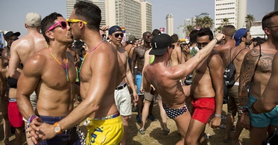 3.jun.2016 - Público participa da Parada Gay de Tel Aviv, em Israel. Cerca de 200 mil pessoas da comunidade LGBT e da população em geral participam da parada, que é a maior do gênero no Oriente Médio
