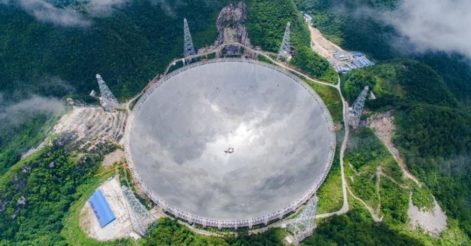 """21.jun.2016 - Na imagem aérea, a abertura esférica do telescópio """"Fast"""", localizado em Pingtang, na província chinesa de Guizhou. Em fase final de obras, a abertura do telescópio terá 500 metros de diâmetro, o que fará dele o maior do mundo, superando o do observatório de Arecibo, em Porto Rico, que tem 300 metros de diâmetro. O telescópio deve começar a funcionar ainda neste ano"""
