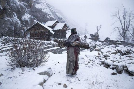 1º.jul.2016 - A imagem de uma mulher carregando lenha em um vilarejo remoto em Himachal Pradesh, na Índia, feita por Mattia Passarini, ficou em terceiro lugar na categoria Pessoas