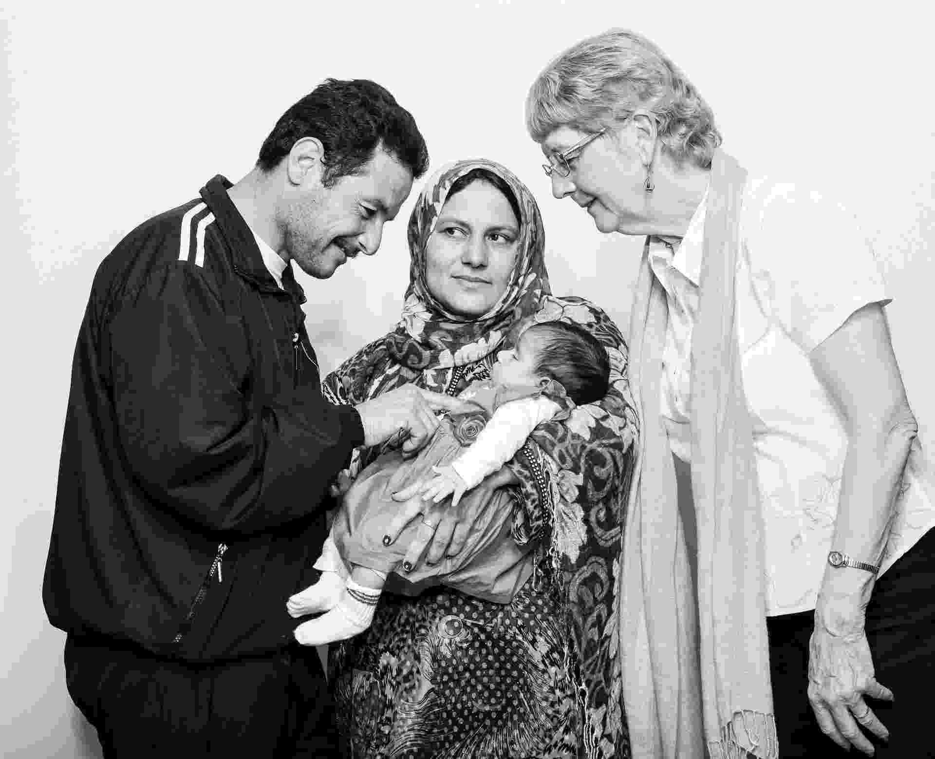 21.mai.2016 - Mouhamad e Wissam Ahmed com sua filha recém-nascida, Julia, e Liz Stark, uma patrocinadora canadense que ajudou Ahmed durante sua gravidez - Damon Winter/The New York Times