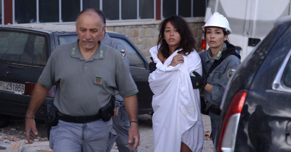 24.ago.2016 - Mulher é resgatada após o terremoto que atingiu a região central da Itália. O incidente deixou dezenas de mortos e feridos