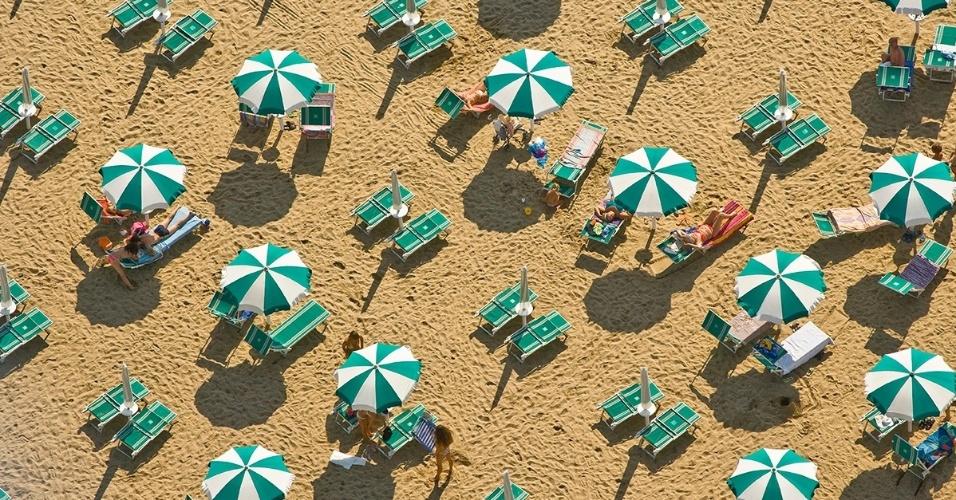 29.ago.2016 - Na Itália, os banhistas podem alugar guarda-sóis e espreguiçadeiras de cores vibrantes nas praias públicas e particulares na exuberante costa do país